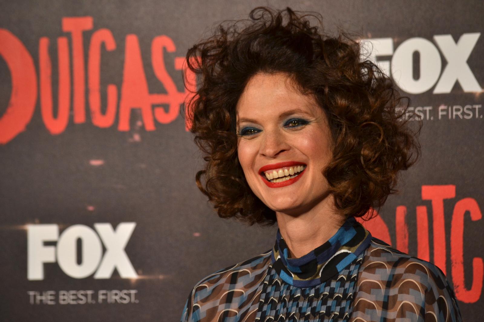 Outcast: Jane Alexander sul red carpet della premiere europea