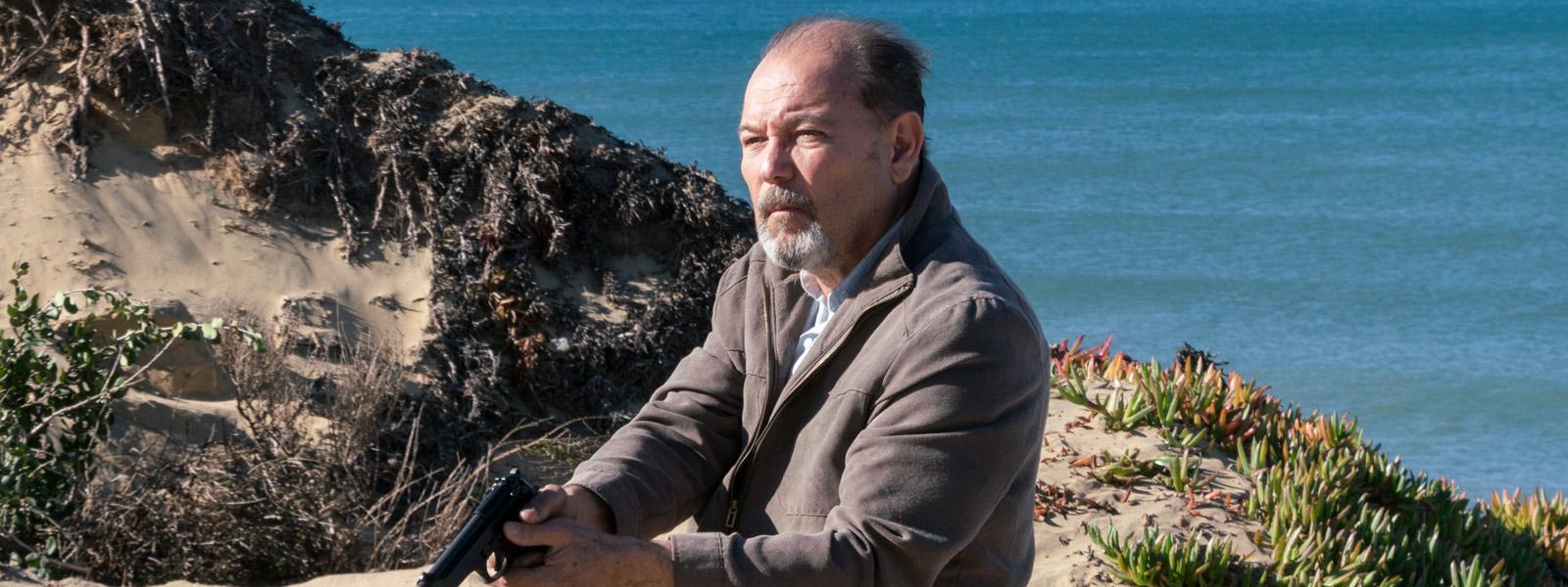 Fear the Walking Dead: l'attore Rubén Blades interpreta Daniel in una foto dell'episodio We All Fall Down