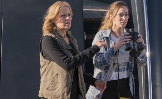 Fear the Walking Dead: kim Dickens e Alycia Debnam-Carey nell'episodio We All Fall Down