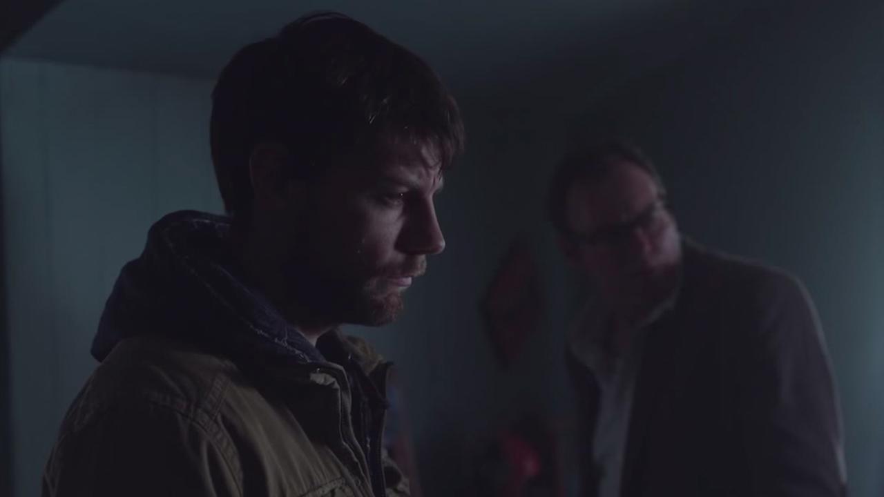 Outcast: il protagonista Patrick Fugit in una foto della serie