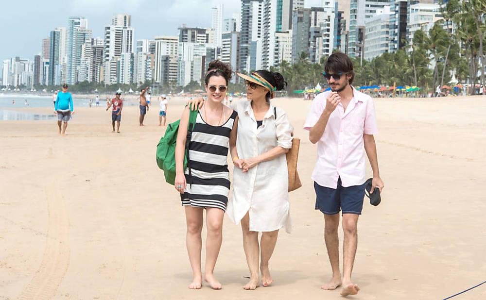 Aquarius: Sonia Braga, Irandhir Santos e Julia Bernat in una scena del film