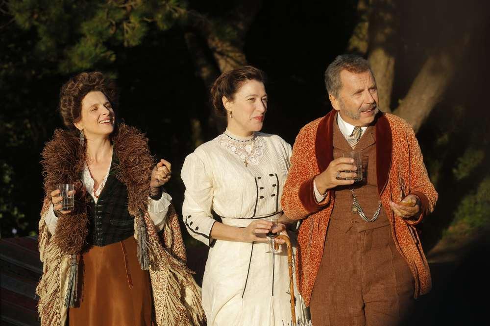 Slack Bay: Valeria Bruni Tedeschi, Juliette Binoche e Fabrice Luchini in una scena del film
