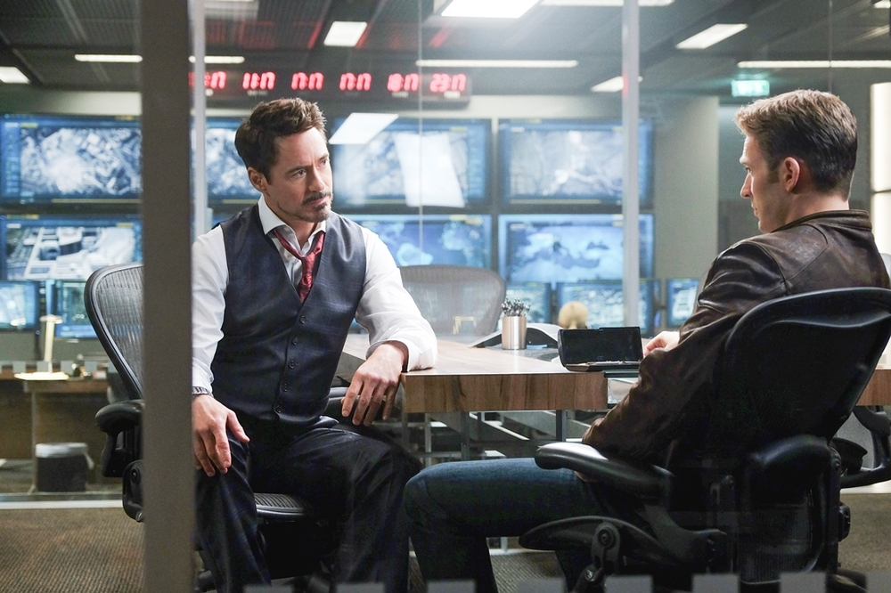 Captain America: Civil War - Robert Downey Jr. e Chris Evans insieme in un momento del film