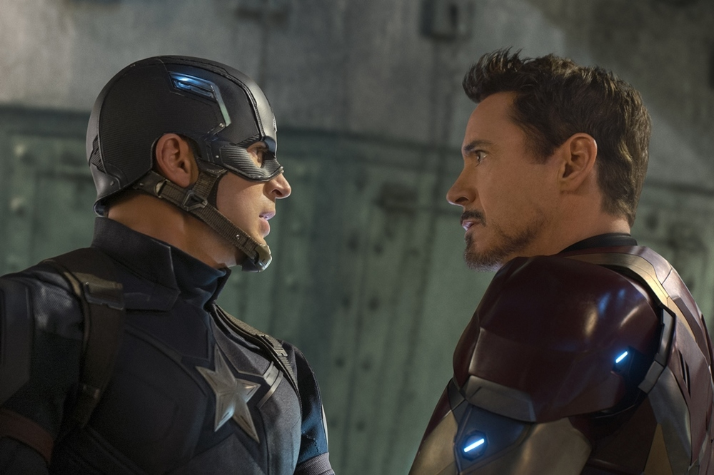 Captain America: Civil War - Robert Downey Jr. e Chris Evans in un momento del film