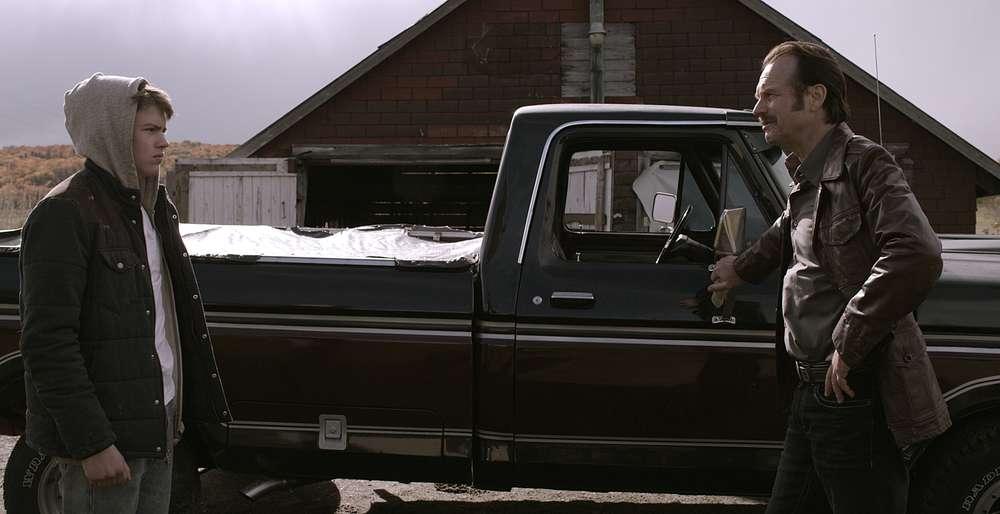 Mean Dreams: Josh Wiggins e Bill Paxton in una scena del film