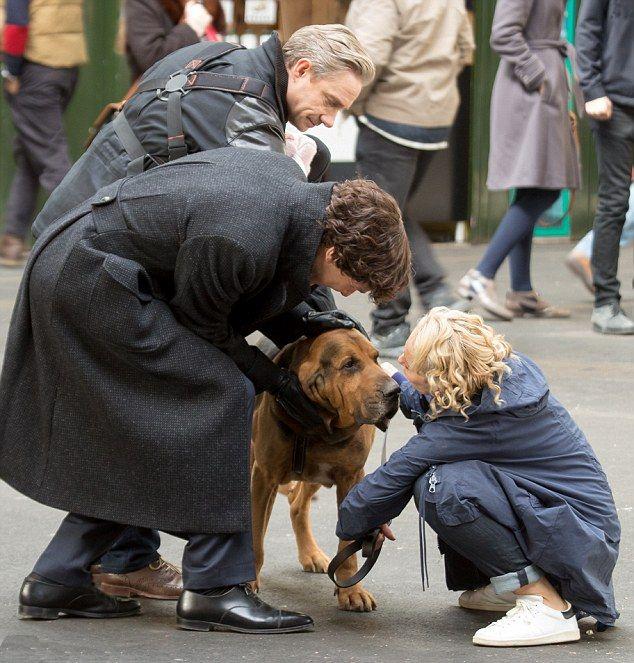 Sherlock: Benedict Cumberbatch, Amanda Abbington e Martin Freeman sul set di Londra insieme a un cane