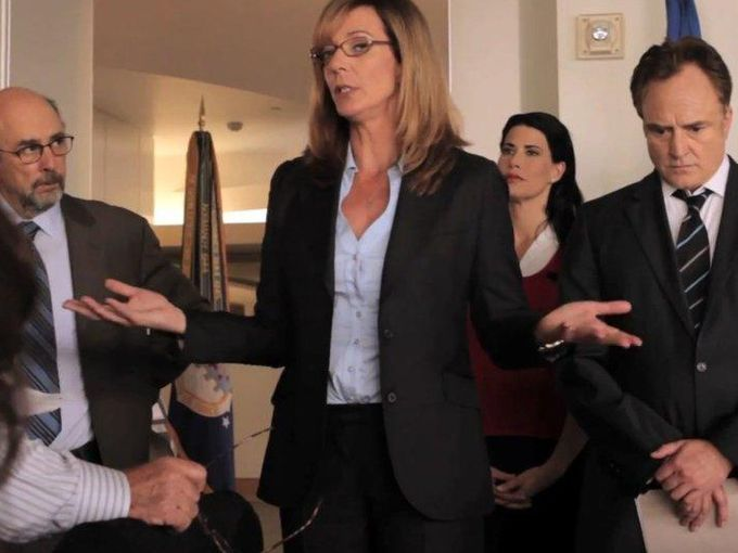 West Wing: Allison Janney in una foto della serie