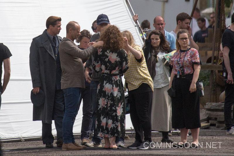 Allied: Brad Pitt e Lizzy Caplan sul set circondati dalla troupe