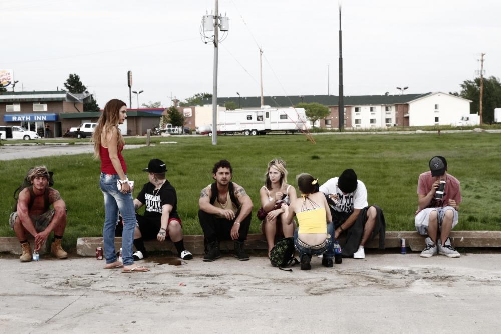 American Honey: Sasha Lane e Shia LaBeouf in una scena di gruppo