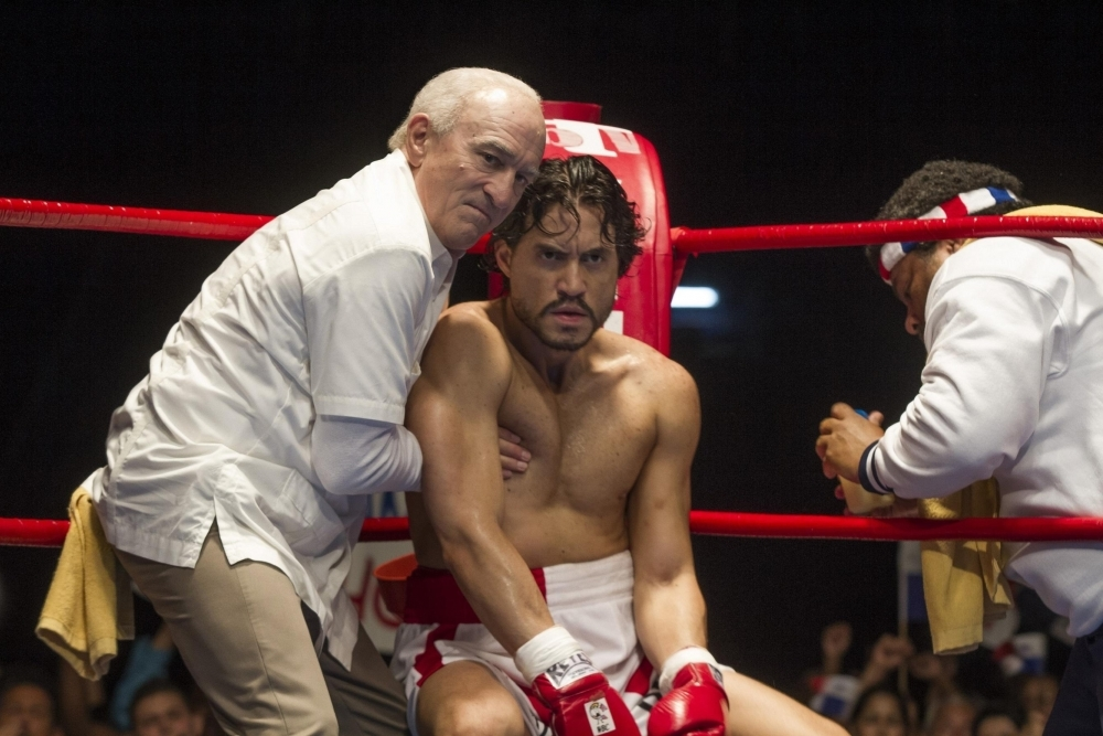 Hands of Stone: Edgar Ramirez e Robert De Niro in una scena del film