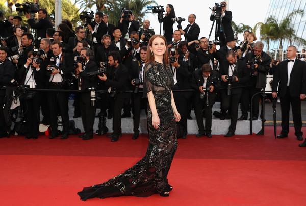 Festival di Cannes 2016: Jullianne Moore posa per i fotografi sul red carpet