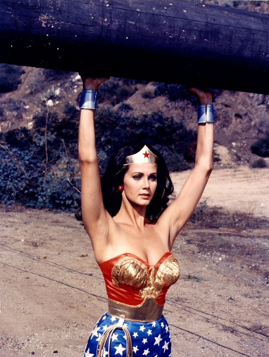 Lynda Carter in azione nei panni di Wonder Woman