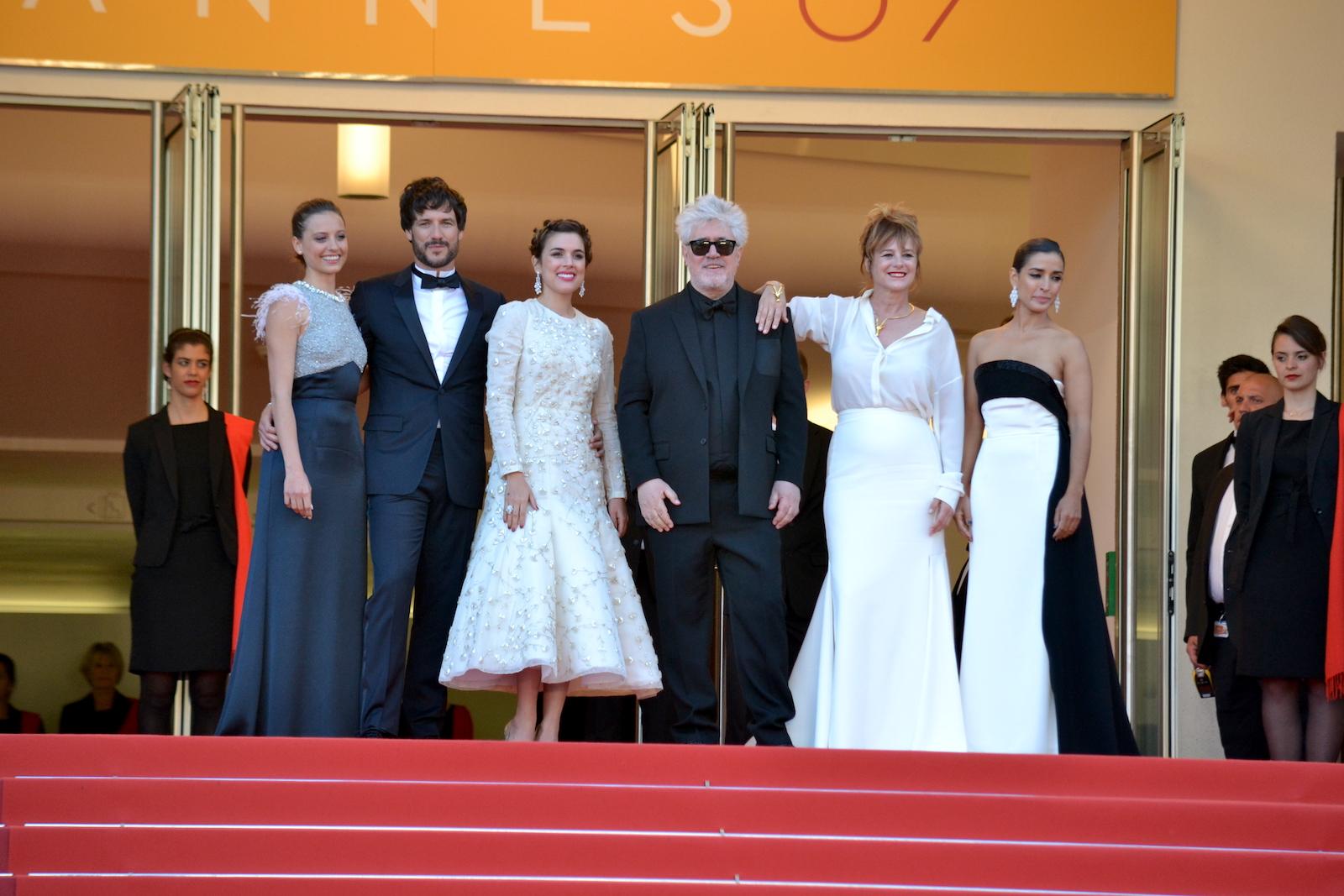 Cannes 2016: un immagine di Pedro Almodóvar, Emma Suárez, Adriana Ugarte, Daniel Grao sul red carpet di Julieta
