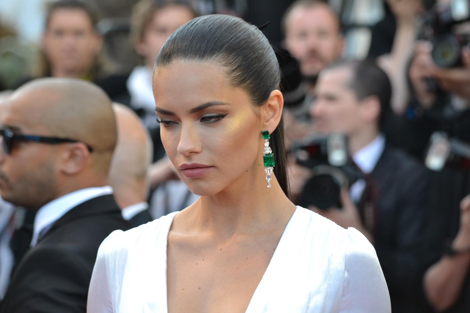 Cannes 2016: Adriana Lima sul red carpet di Julieta