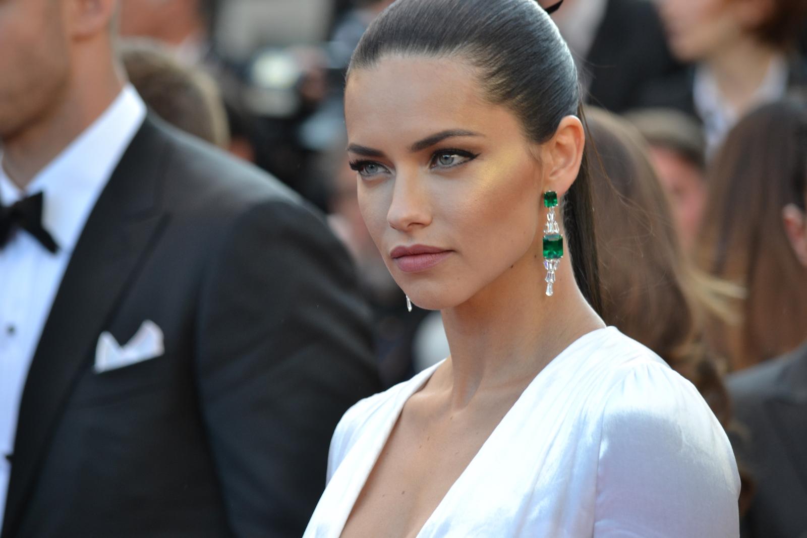 Cannes 2016: uno scatto di Adriana Lima sul red carpet di Julieta