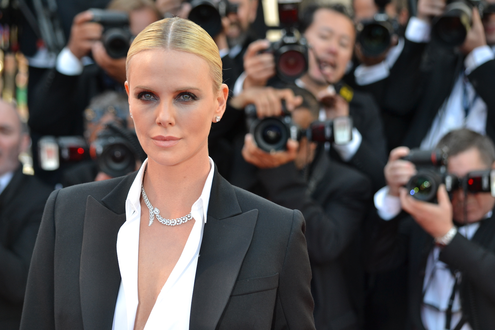 Cannes 2016: Charlize Theron posa sul red carpet di The last Face