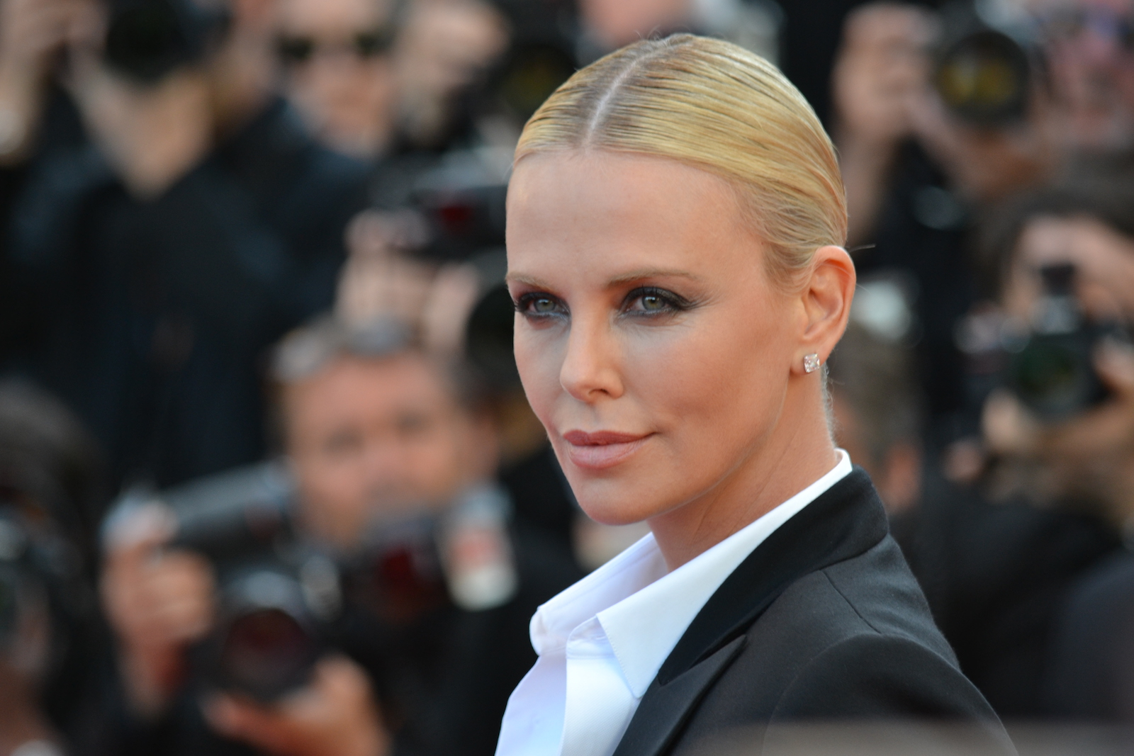 Cannes 2016: Charlize Theron sul red carpet di The last Face