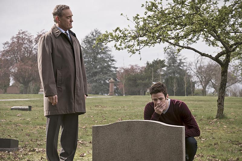 The Flash: John Wesley Shipp e Grant Gustin in The Runaway Dinosaur
