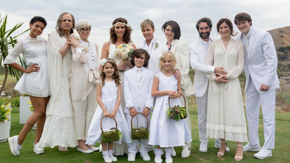 Transparent: i protagonisti in una foto di gruppo del matrimonio