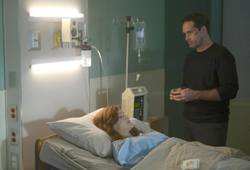 Wayward Pines 2: Jason Patric e Carla Gugino in una scena della seconda stagione