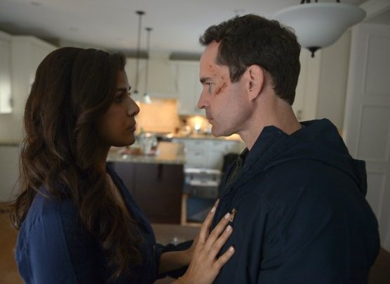 Wayward Pines 2: Jason Patric e Nimrat Kaur in una scena di Blood Harvest della seconda stagione