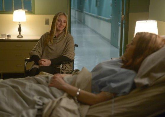 Wayward Pines 2: Carla Gugino e Hope Davis in una scena di Enemy Lines della seconda stagione