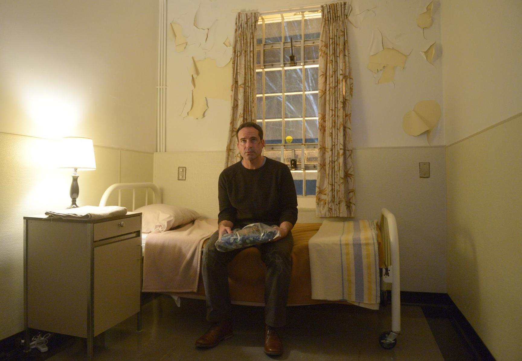 Wayward Pines 2: Jason Patric in una scena di Enemy Lines della seconda stagione