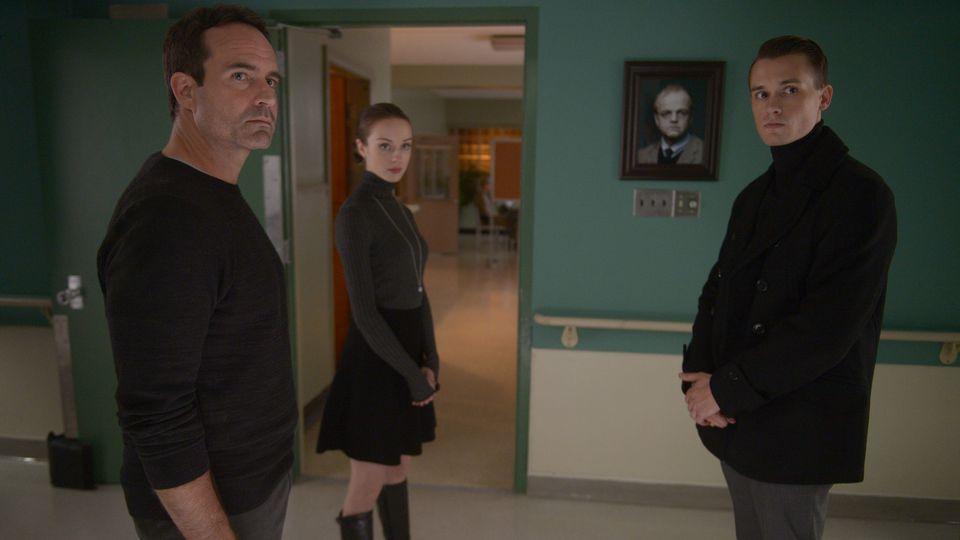 Wayward Pines 2:  Jason Patric, Tom Stevens, Kacey Rohl in una scena della seconda stagione