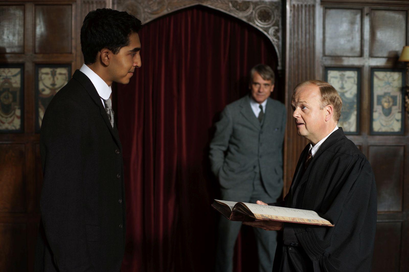 L'uomo che vide l'infinito: Dev Patel, Toby Jones e Jeremy Irons in una scena del film