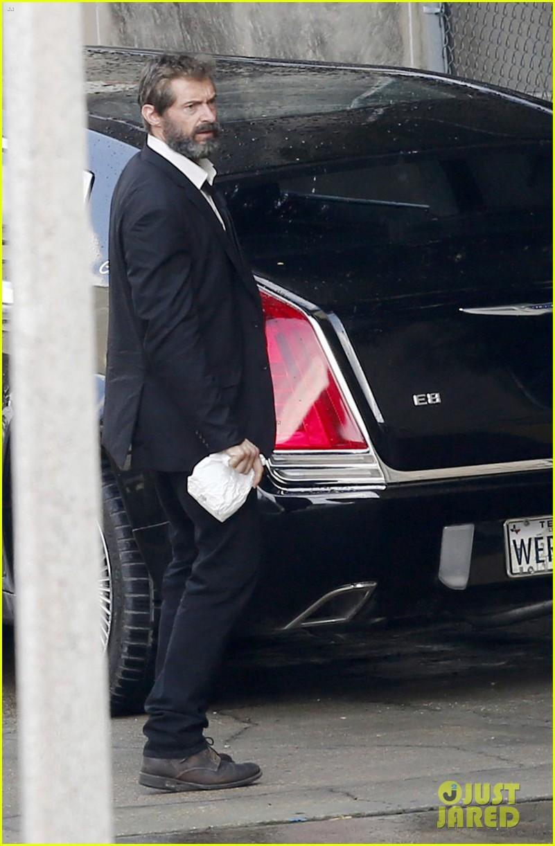 Wolverine 3: Hugh Jackman sul set vicino a un'auto