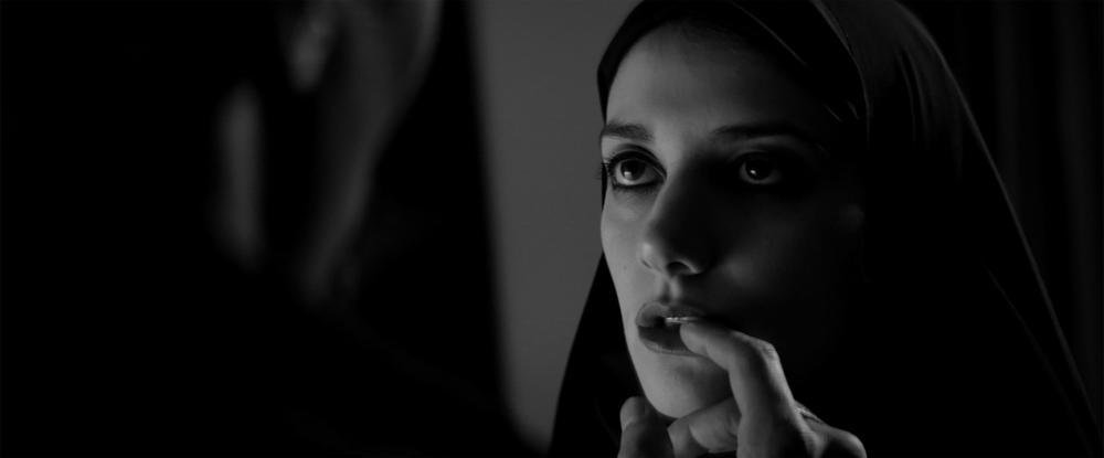 A Girl Walks Home Alone at Night: Sheila Vand in un'immagine del film