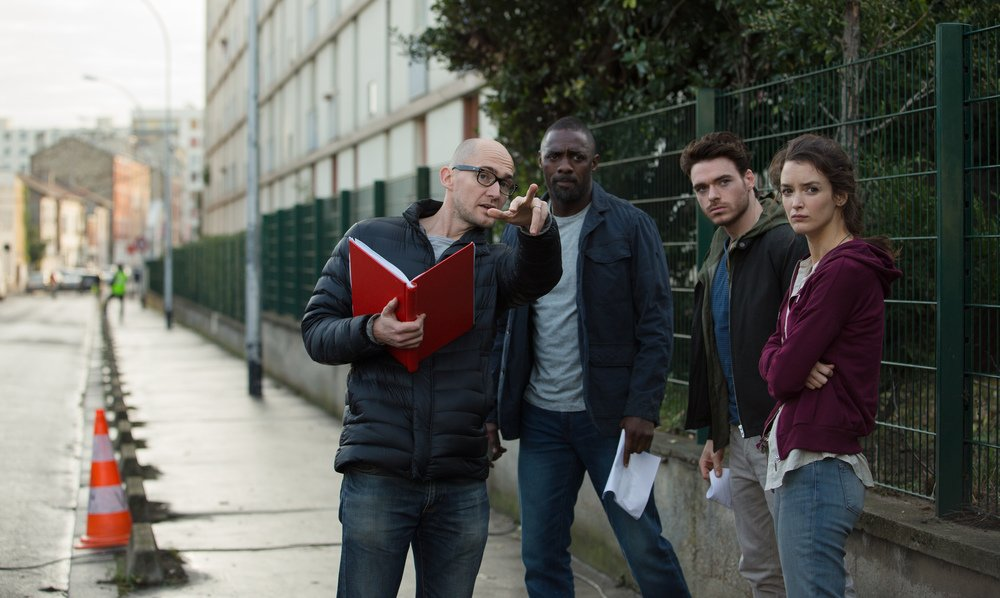 Bastille Day: Charlotte Le Bon, Richard Madde e Idris Elba insieme al regista James Watkins sul set del film