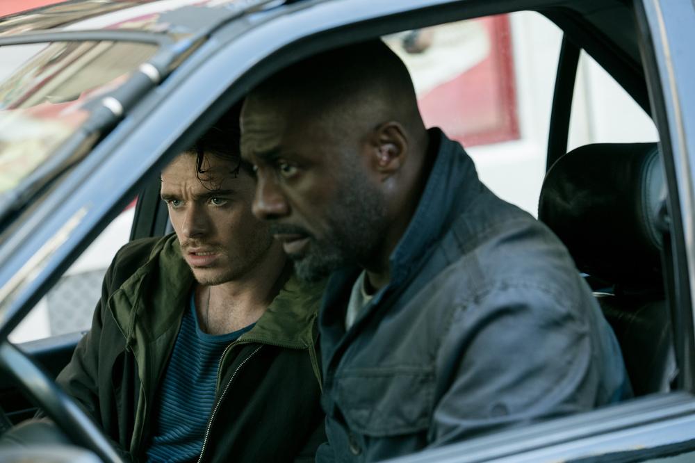 Bastille Day: Richard Madden e Idris Elba in una scena del film