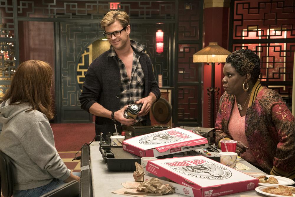 Ghostbusters: Chris Hemsworth, Leslie Jones e Kristen Wiig in una scena del film