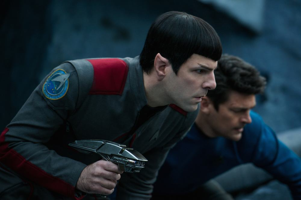 Star Trek Beyond: Zachary Quinto e Karl Urban in un momento del film