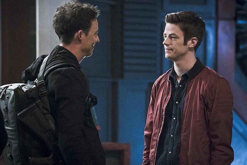 The Flash: gli attori Tom Cavanagh e Grant Gustin nell'episodio The Race of His Life