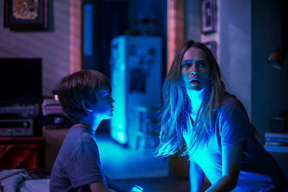 Lights Out - Terrore nel buio: Teresa Palmer e Gabriel Bateman in una scena del film