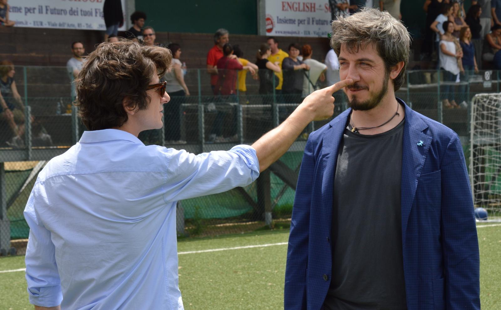 I babysitter: Francesco Mandelli e Paolo Ruffini scherzano sul set.