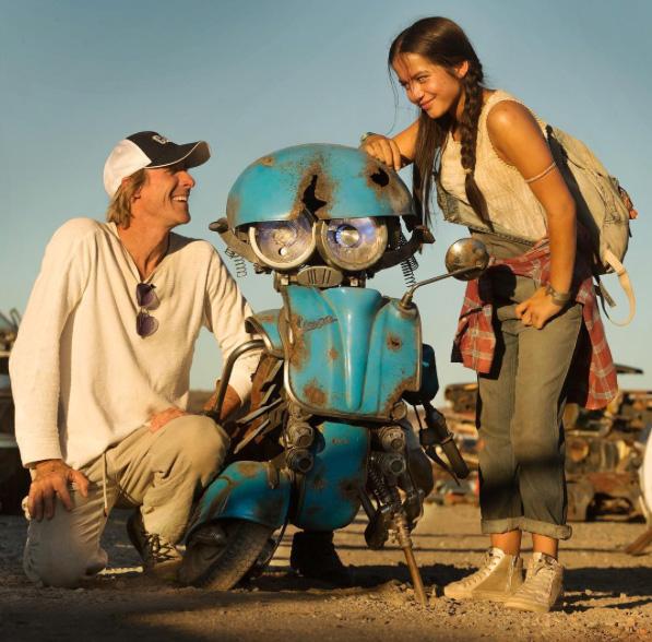 Transformers: The Last Knight - Michael Bay, Isabela Moner e Squeeks sul set