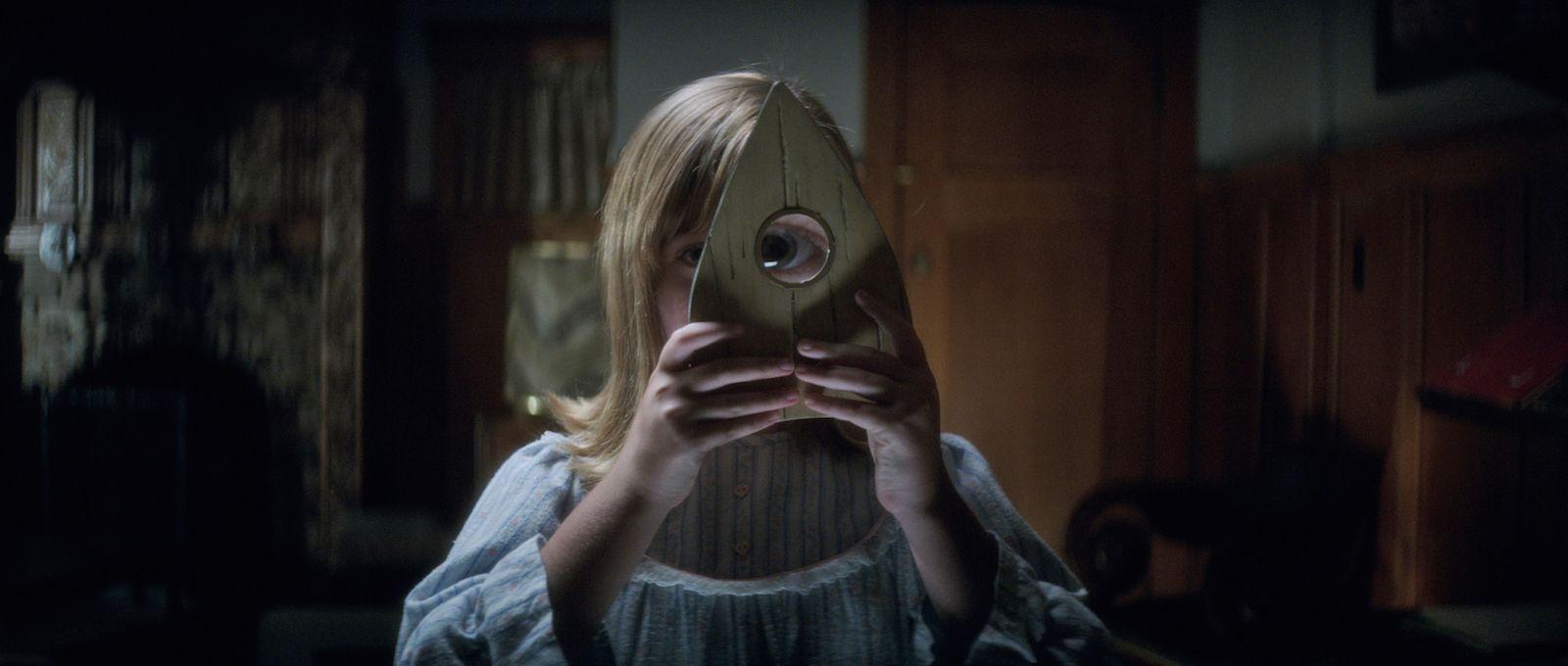 Ouija - L'origine del male: Lulu Wilson in una inquietante scena del film