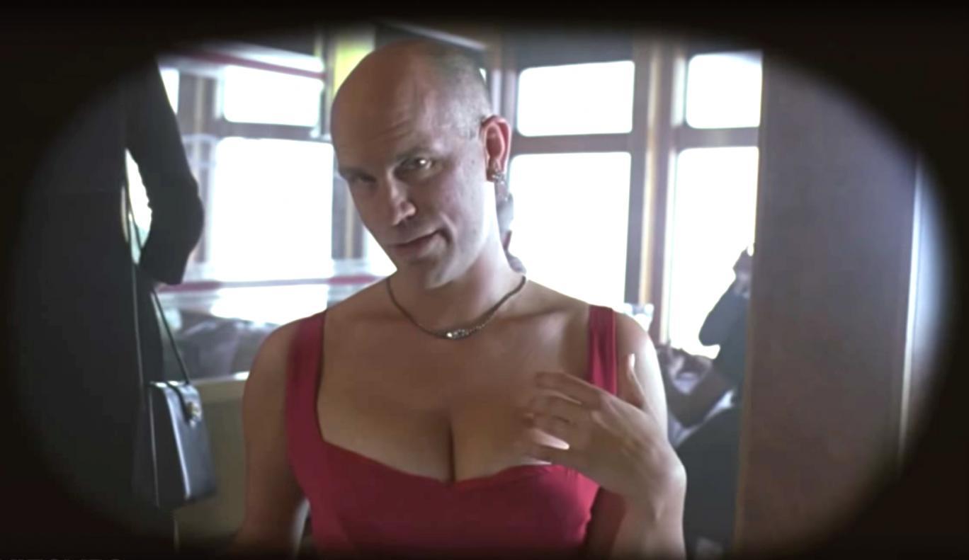 Essere John Malkovich: un'immagine che ritrae John Malkovich nella scena in cui Malkovich entra nella propria testa