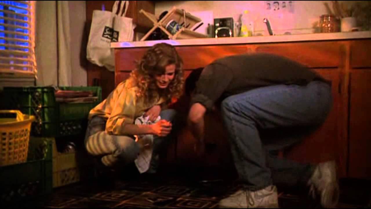 Singles - L'amore è un gioco: Kyra Sedgwick e Campbell Scott in una scena del film
