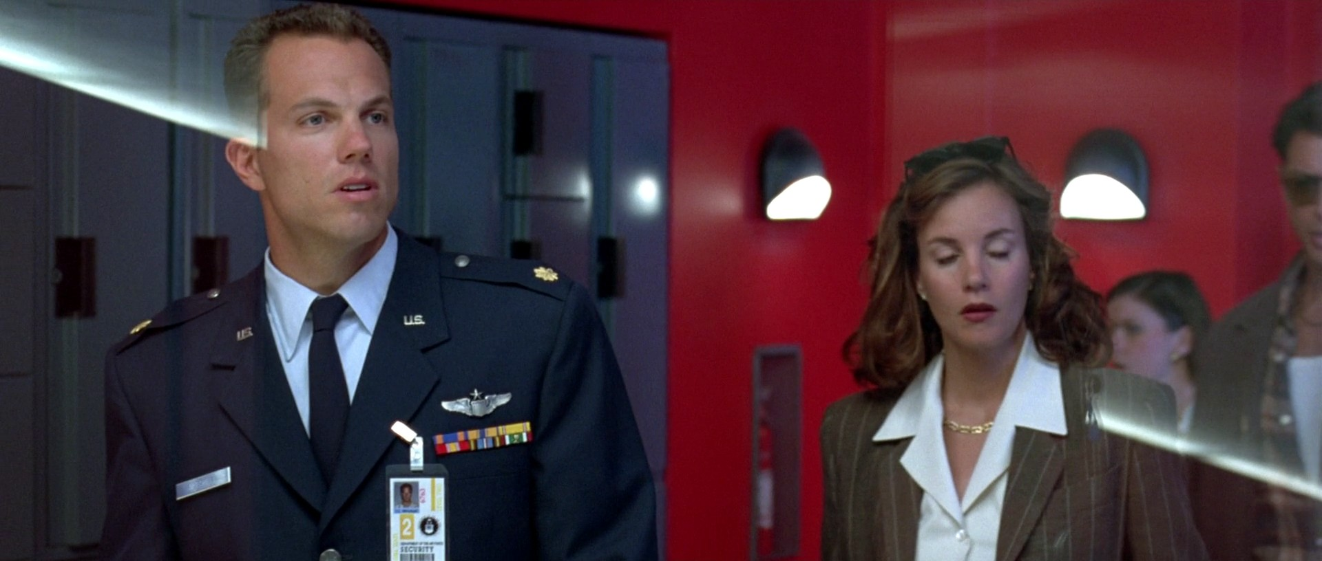 Independence Day: Adam Baldwin e Mary McDonnell in una scena del film