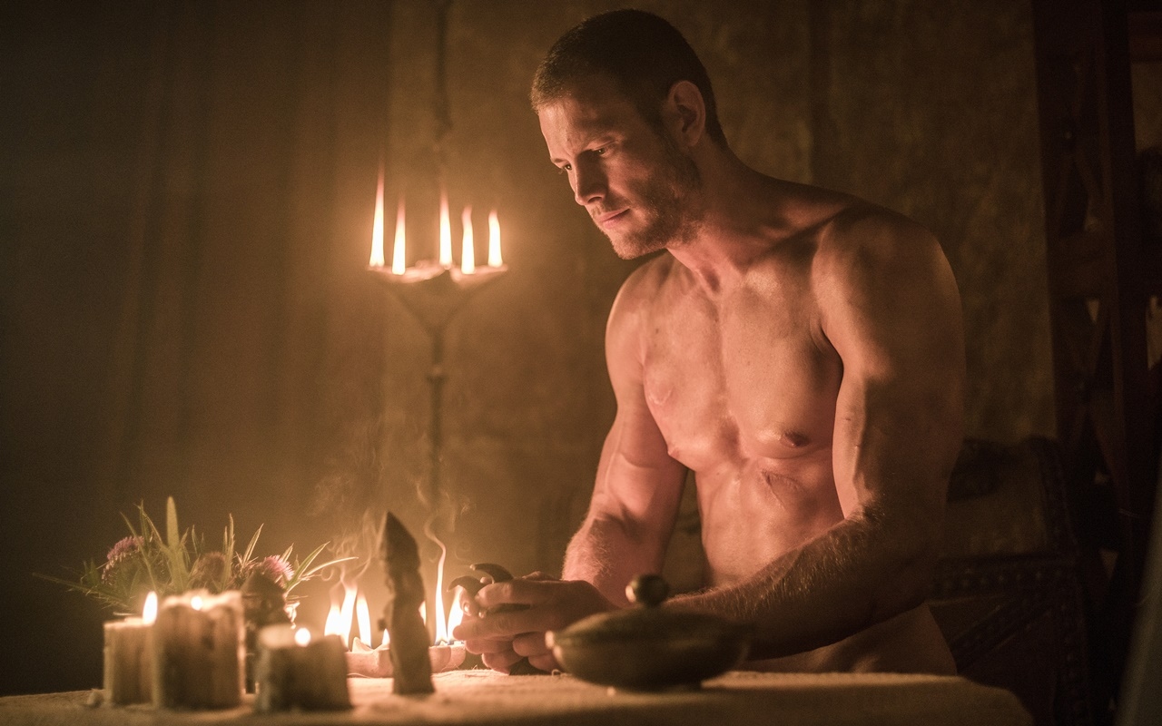 Barbarians: l'attore Tom Hopper in una scena della serie