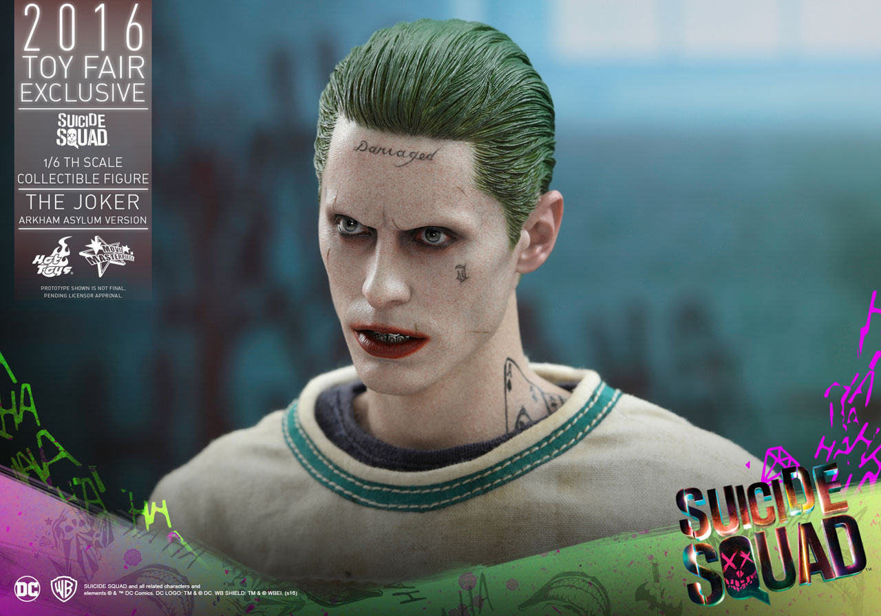 Suicide Squad: un dettaglio dell'action figure Hot Toys dedicata al Joker