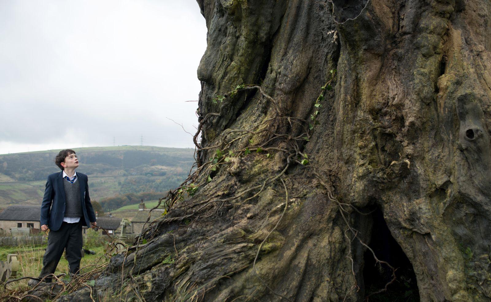 A Monster Calls: Lewis MacDougall in una scena del film