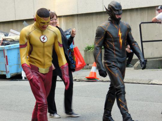 The Flash: Keiynan Lonsdale sul set della stagione 3 insieme a un collega in tuta nera