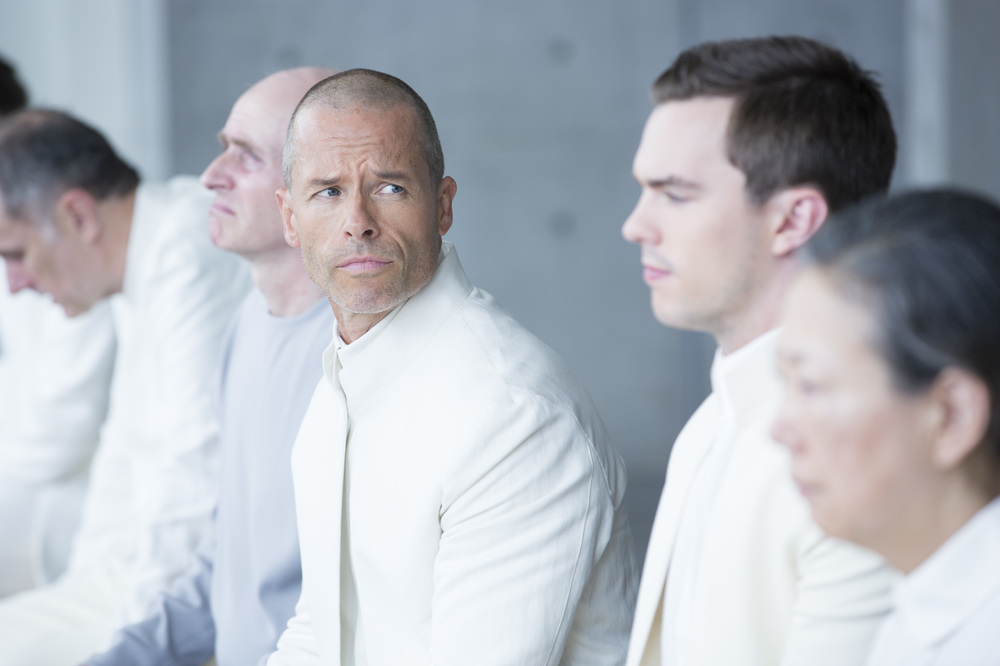 Equals: Guy Pearce e Nicholas Hoult in una scena del film