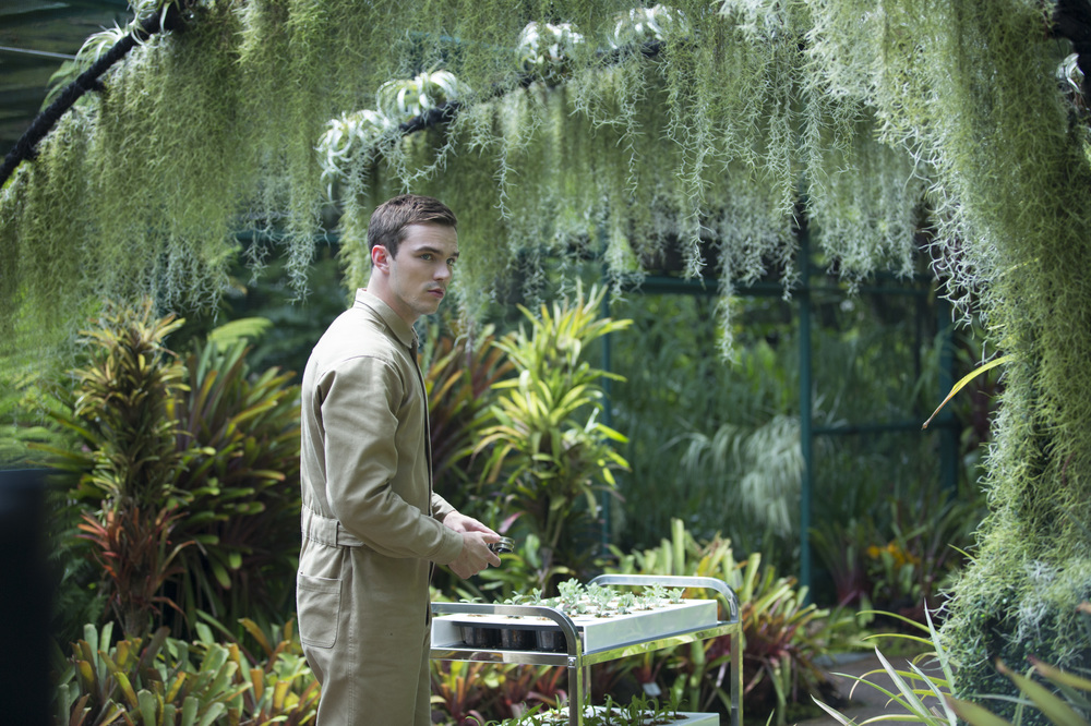 Equals: Nicholas Hoult in una scena del film