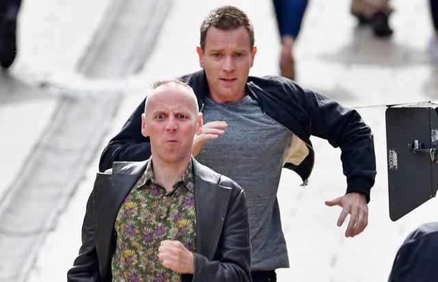 T2: Trainspotting 2 - Ewan McGregor ed Ewen Bremmer corrono durante una scena